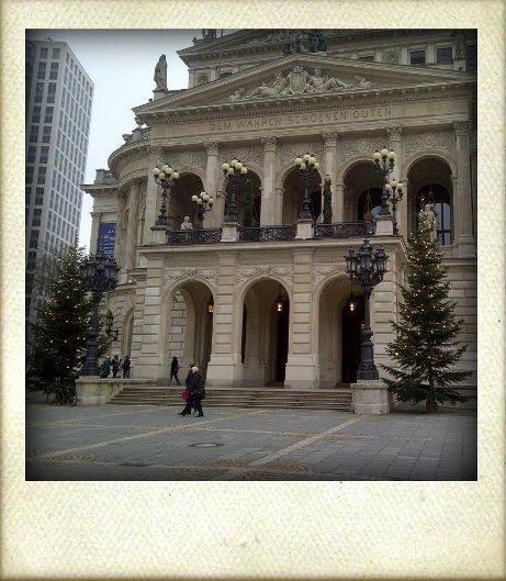 Alte Oper Frankfurt mit Weihnachtsbäumen