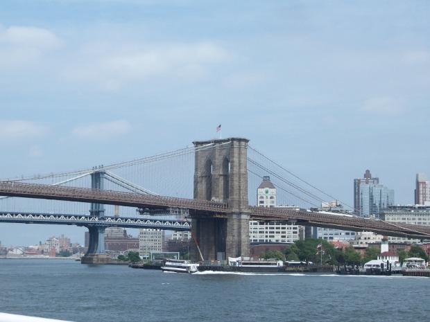 Brooklyn Bridge vom Wasser aus
