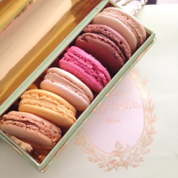 Bunte Macarons von Ladurée aus Paris
