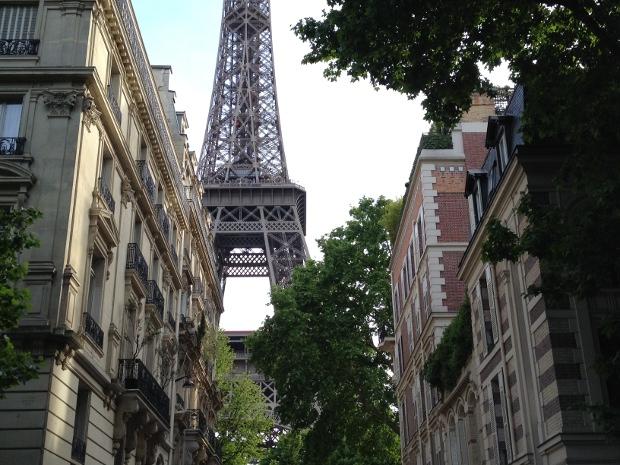 Eiffelturm zwischen Wohnhäusern in Paris