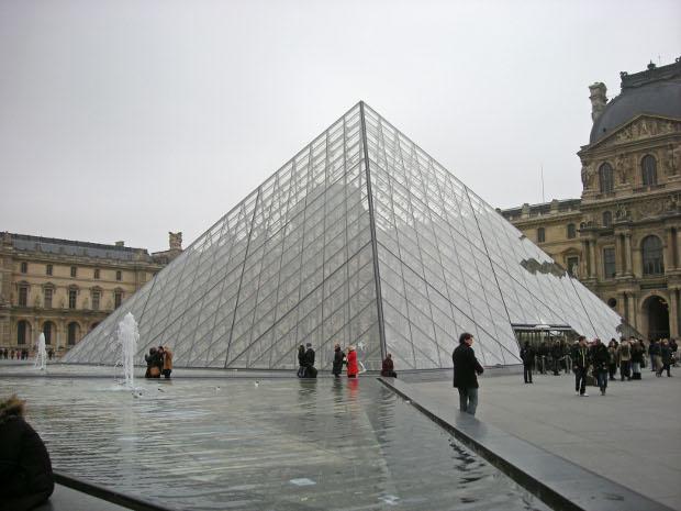 Glaspyramide beim Louvre in Paris
