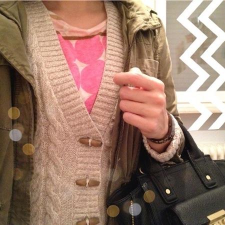 Insta Outfit Strickcardigan und pinkes Shirt