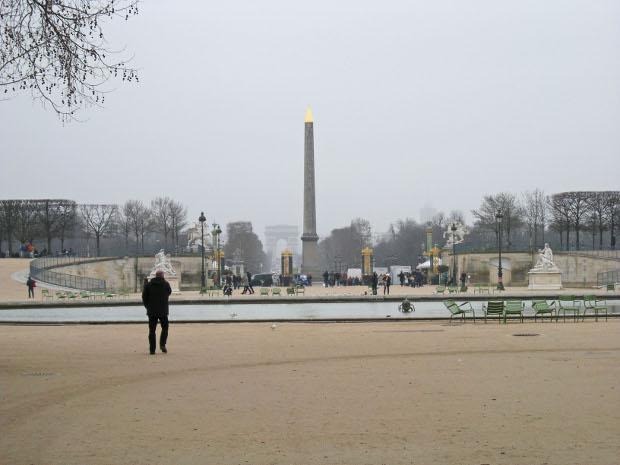 Jardin des Tuileries mit Blick auf den Place de la Concorde und den Arc de Triomph in Paris