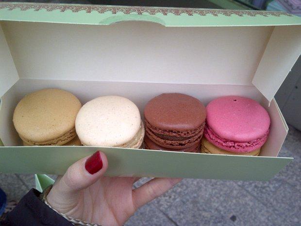Macarons von Laduree an der Champs Elysee in Paris