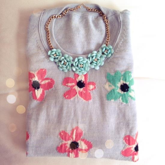 Outfit - Blumenpulli und Blumenkette