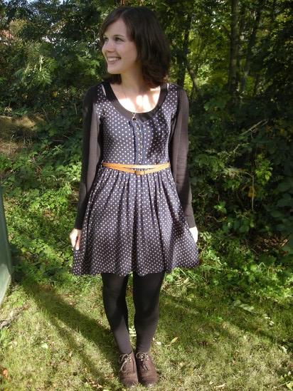 Outfit: Herbstkleid mit Punkten