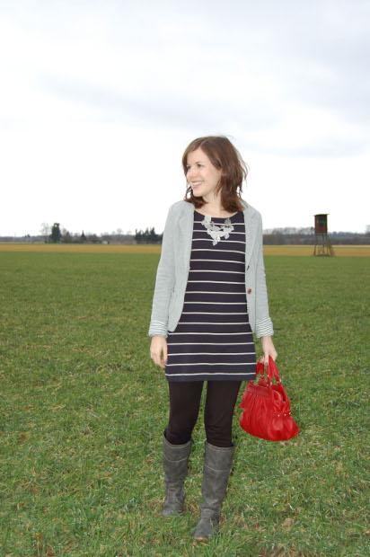 Outfit Kleid Blazer und rote Tasche