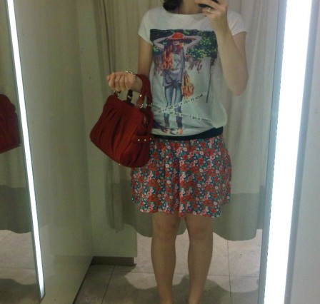 Outfit Blümchenrock + Shirt + rote Tasche