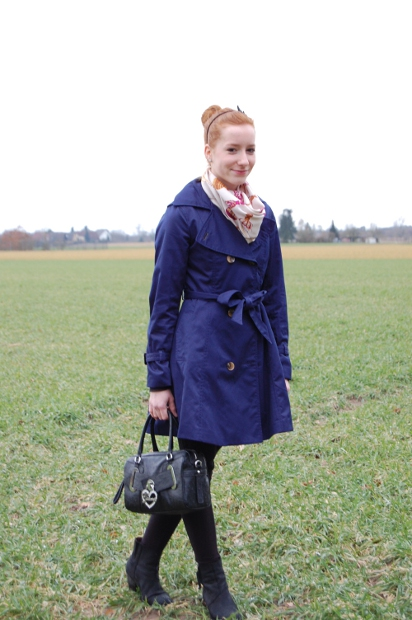 Outfit blauer Trenchcoat