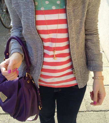 Outfit mit lila Tasche