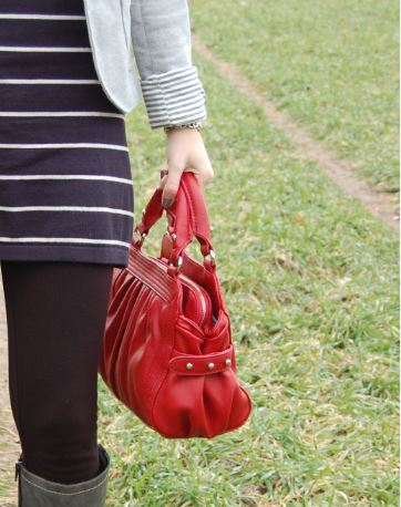 Outfit mit roter Tasche