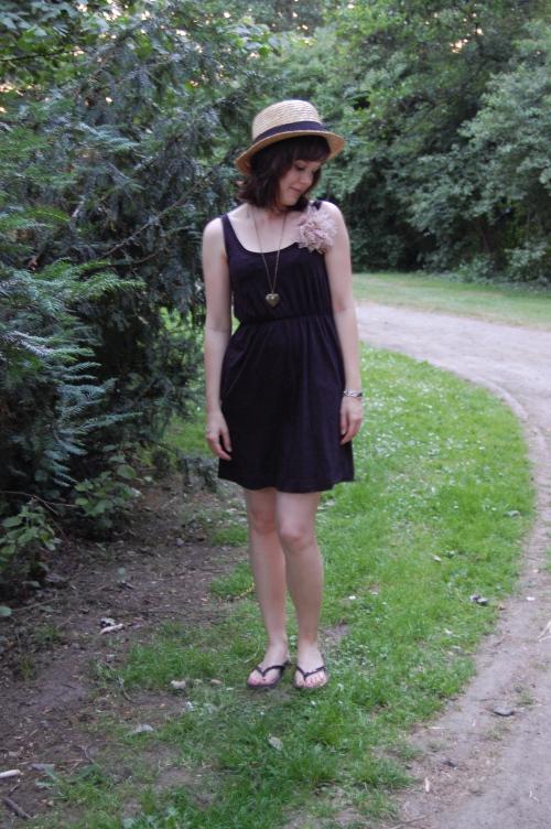 Outfit: schwarzes Kleid und Hut