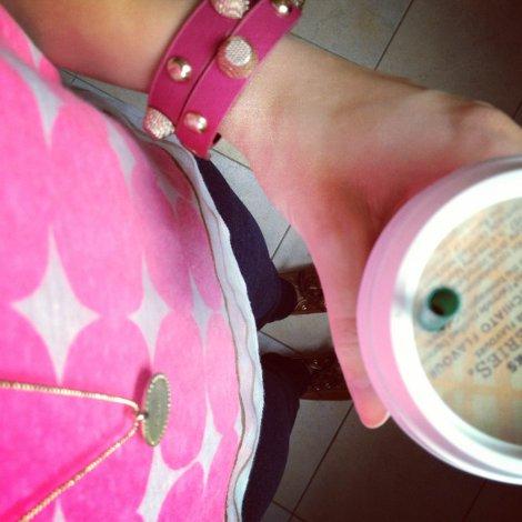 Outfit_Shirt mit pinken Punkten