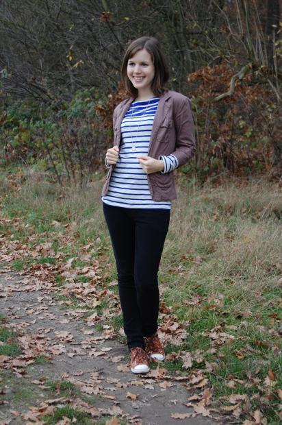 casual Outfit mit Streifenshirt und Jacke