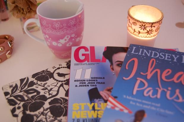 heiße Schokolade, Kerzen und Lesestoff für einen perfekten Sonntagnachmittag