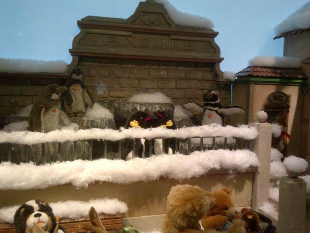 weihnachtliche Dekoration im Schaufenster beim Kaufhof in Frankfurt auf der Zeil